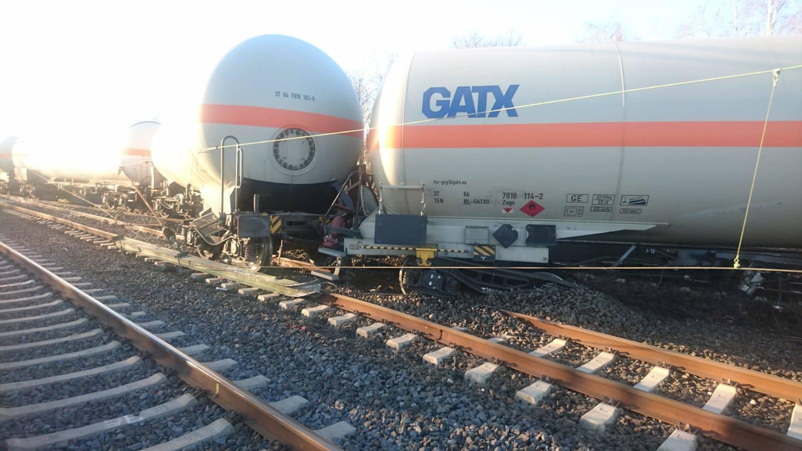 Mehrere Kesselwagen eines Güterzugs entgleist – Großeinsatz für die Feuerwehr Moers