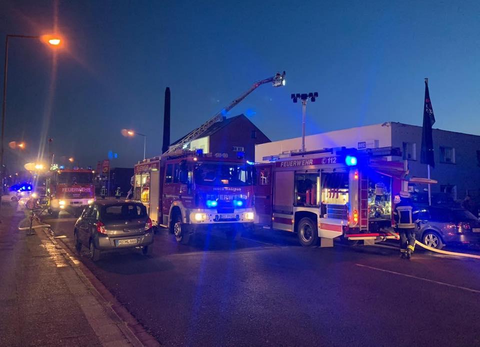 Übergreifen der Flammen verhindert – Mehrere Menschen in Sicherheit gebracht