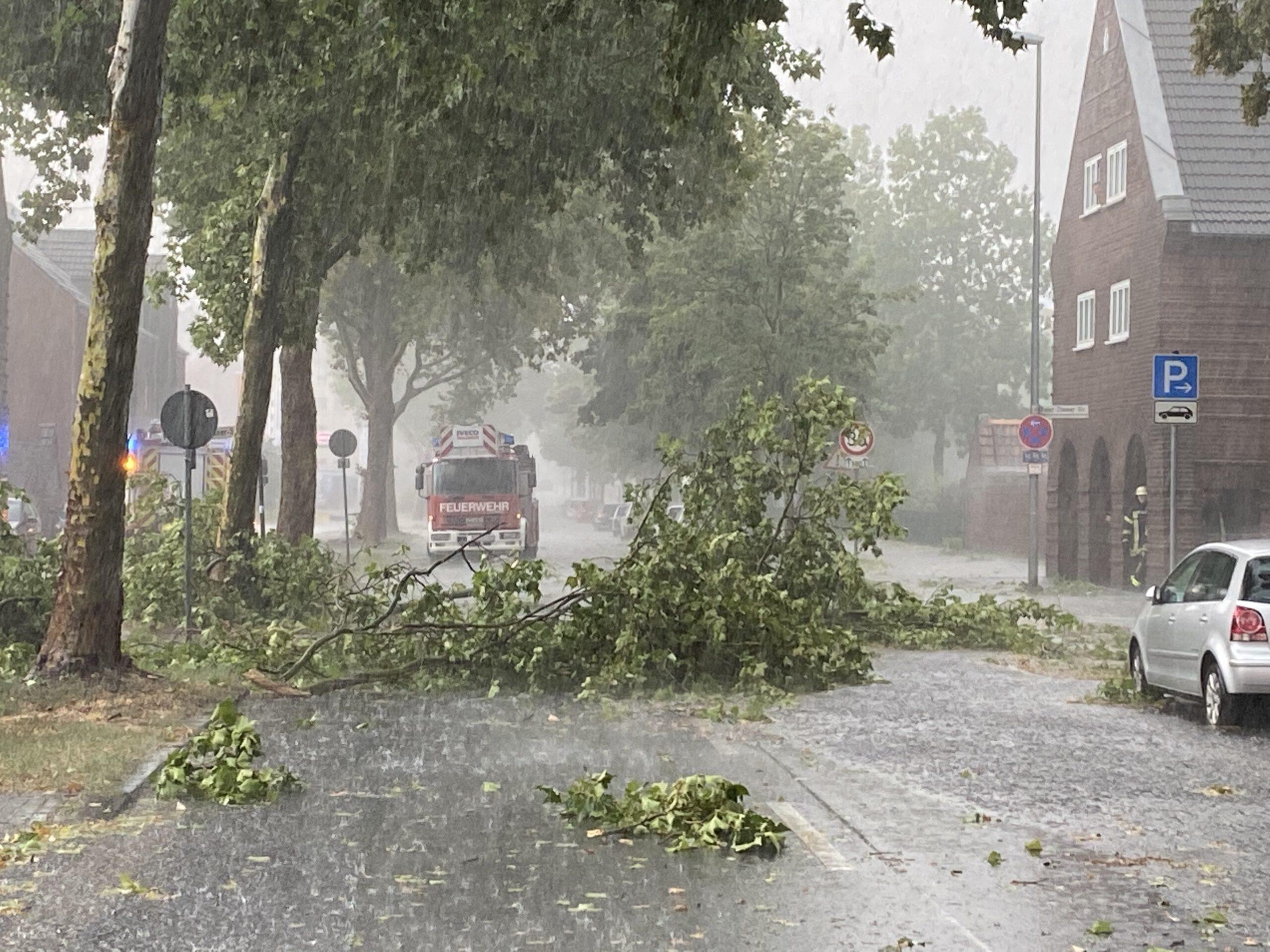 Gewitter entlädt sich über Moers – 200 Einsätze für die Feuerwehr