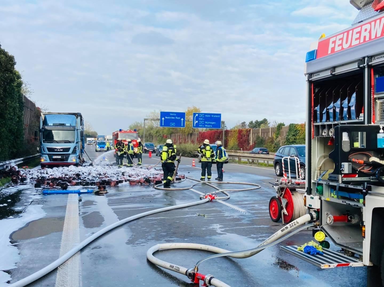 Löschzug im Einsatz: Lkw-Brand auf der A40